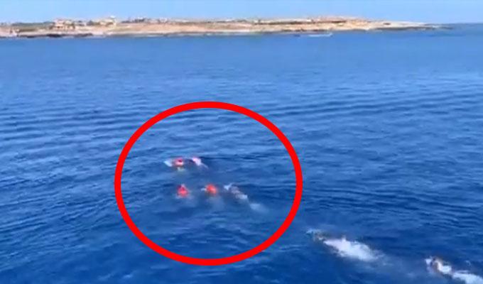 Migrantes se lanzan al mar para llegar a Italia tras prohibición del Gobierno
