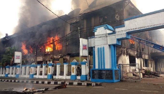 Indonesia: población incendia parlamento durante protesta en Papúa