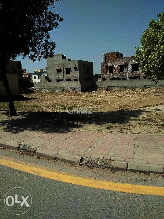 10 Marla Plot For Sale In Bahria Town Lahore.