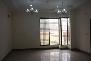 950 Square Feet Apartment for Rent in Karachi Nishat Commercial Area