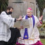 Mons. Cordileone hace oración de exorcismo Gaudium Press