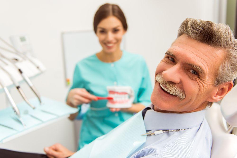 Homem no consultório do dentista