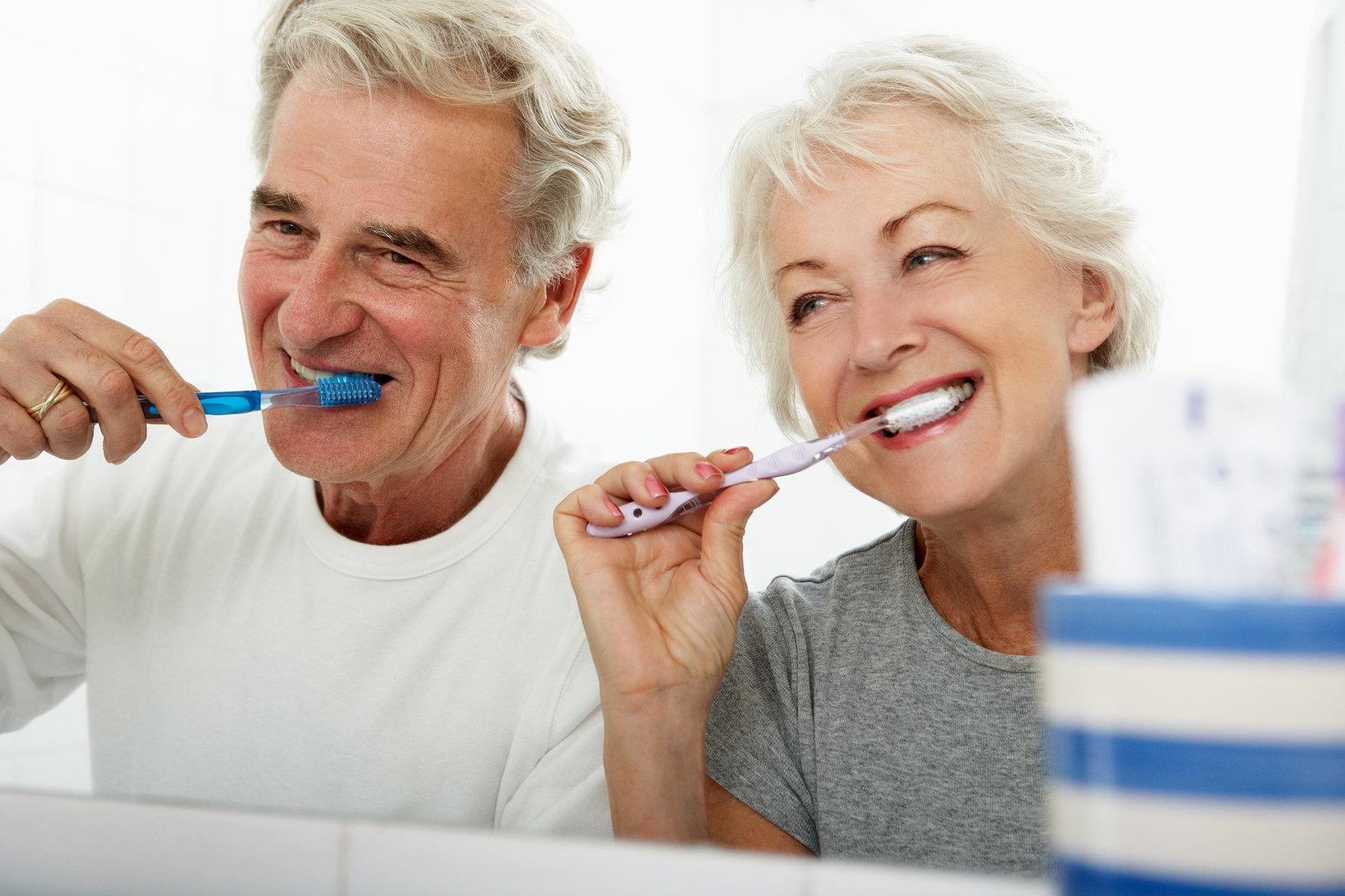 Casal de idosos fazendo a escovação dos dentes