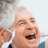 Homem no consultório do dentista cuidando dos dentes