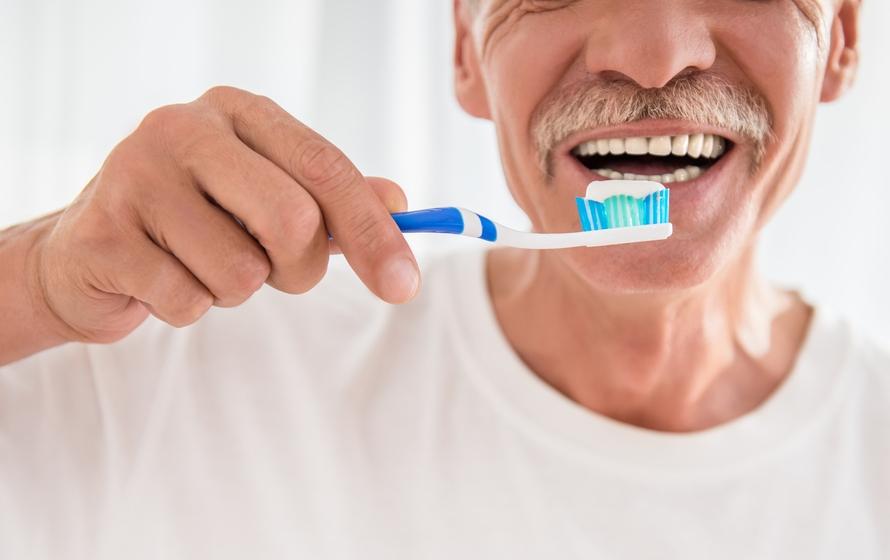 Idoso cuidando dos dentes