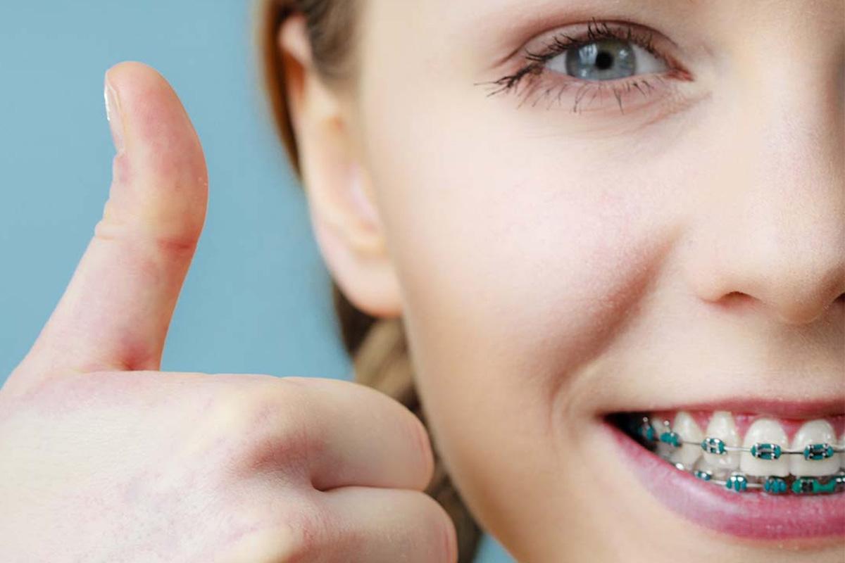 mulher acenando com sinal de legal e sorrindo