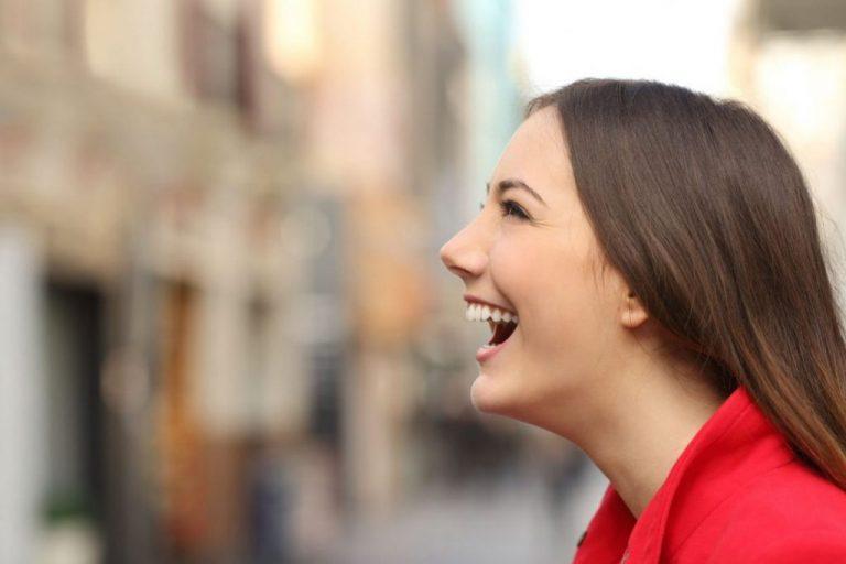 mulher sorrindo - dentes saudáveis