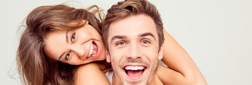 Imagem de casal sorrindo