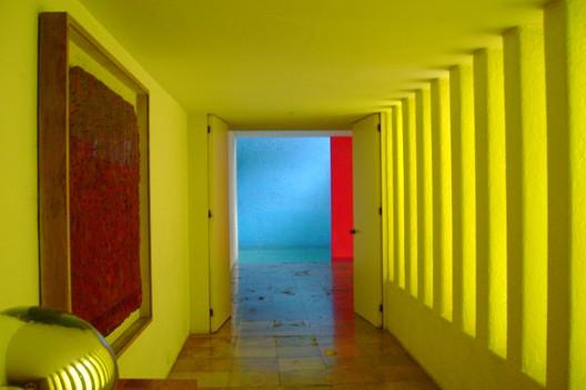 Interior of Casa Gilardi. Image © <a href='https://commons.wikimedia.org/wiki/File%3ACasa_Liraldi_Luis_Barrag%C3%A1n.JPG'> Wikimedia user Ulises00</a> licensed under <a href=' https://en.wikipedia.org/wiki/Public_domain'>Public Domain</a>