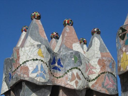 Casa Batlló. Image © <a href='https://commons.wikimedia.org/wiki/File:Barcelona_Casa_Batll%C3%B3_DachterrasseKamine.jpg'>Wikimedia user M.Stallbaum</a> licensed under <a href='https://en.wikipedia.org/wiki/Public_domain'>Public Domain</a>
