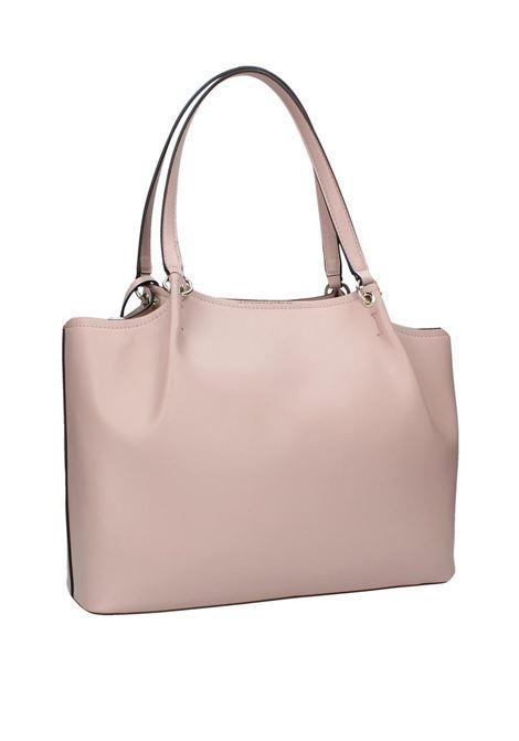 BORSA A SPALLA TANGEY GIRLFRIEND CARRYALLSeduci e incanta con questa borsa Guess! Dalle linee semplici è l'ideale per ravvivare i tuoi look quotidiani da lavoro.Perfetta con un vestito dai bottoni dorati! GUESS | Borsa | HWUE7664230ROSEWOOD