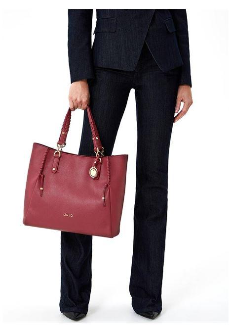 Shopping bag con charm LIU JO | Borsa | AF0154E022191940LAMPONE