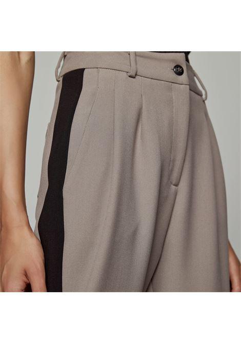 Pantaloni con dettaglio in tessuto ACCESS fashion | W1-5089379