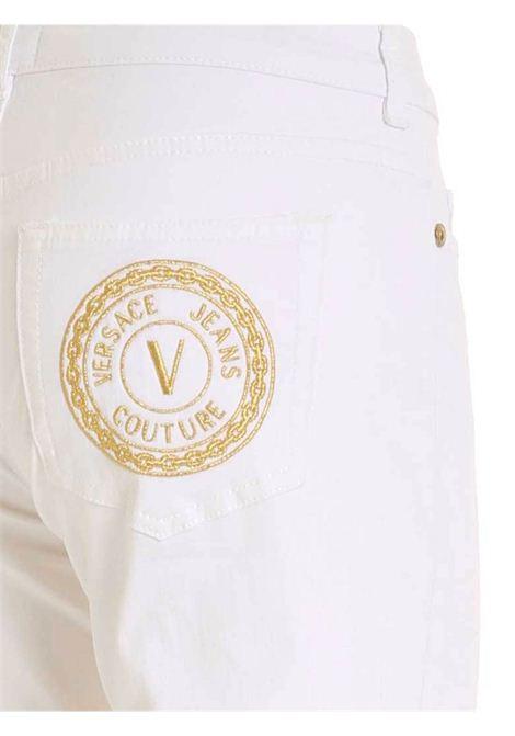 PANTALONE CON PATCH LOGO BIANCO VERSACE JEANS | Pantalone | A1HWA0K560501003