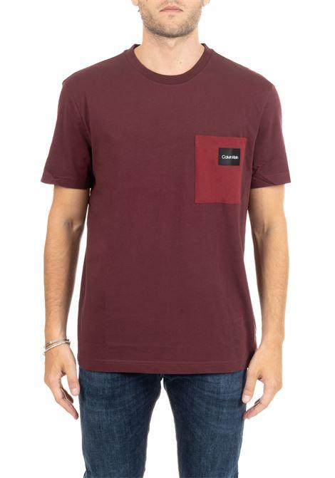 T-SHIRT BORDEAUX IN COTONE CON LOGO E TASCHINO CALVIN KLEIN | T-shirt | K10K104045601