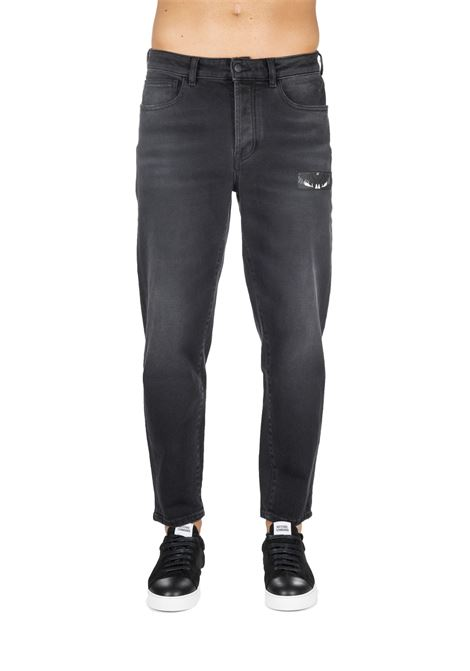 PANTALONE NERO IN COTONE CON PATCH LOGO MARCELO BURLON | Jeans | CMYA017F19C270841088