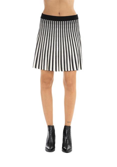 WHITE AND BLACK PLEATED GEOMETRIC SKIRT MICHAEL DI MICHAEL KORS | Skirts | MU97EY45ZV128