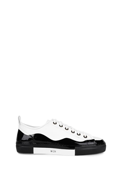 WHITE AND BLACK LEATHER SNEAKERS WITH LOGO N°21 | Sneakers | 00119FWS00930099N001