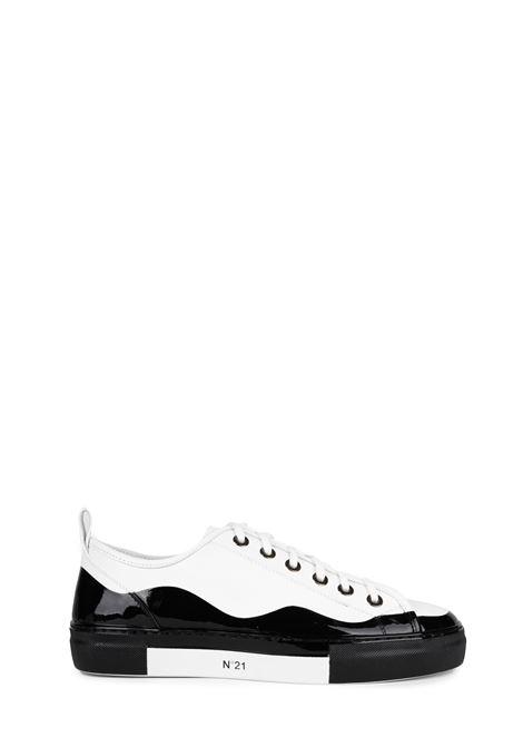 SNEAKERS BIANCA E NERA IN PELLE CON LOGO N°21 | Sneakers | 00119FWS00930099N001