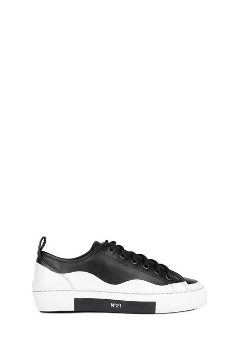 SNEAKERS NERA E BIANCA IN PELLE CON LOGO N°21 | Sneakers | 00119FWSU0930098S001