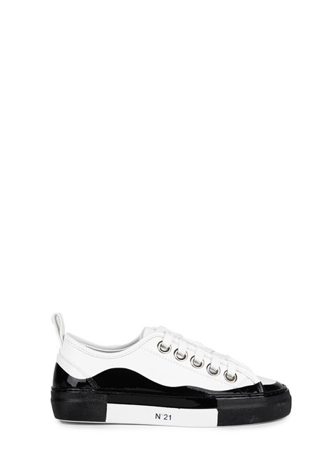 WHITE AND BLACK LEATHER SNEAKERS WITH LOGO N°21 | Sneakers | 00119FWSU0990099N001