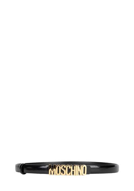 CINTURA NERA LUCIDA CON LOGO IN ORO MOSCHINO | Cinture | 801080070555
