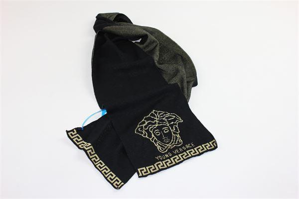 sciarpa tinta unita con logo versace VERSACE | Sciarpe | YVMSC07NERO
