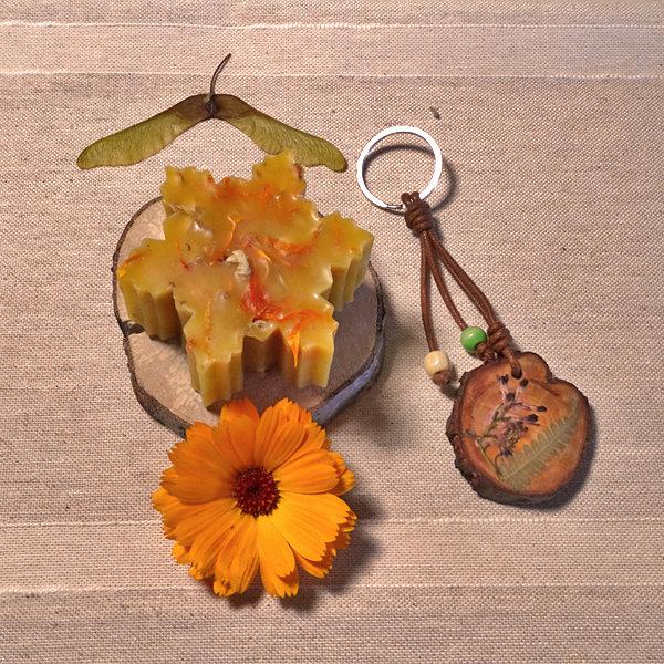 Vela de cera de abeja y llavero de madera 02