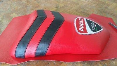codino DUCATI 999 in eco pelle rossa e finto carbonio con stemma Ducati