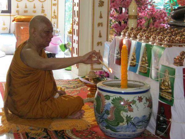 Luang Por Sakorn lights the Victory Candle