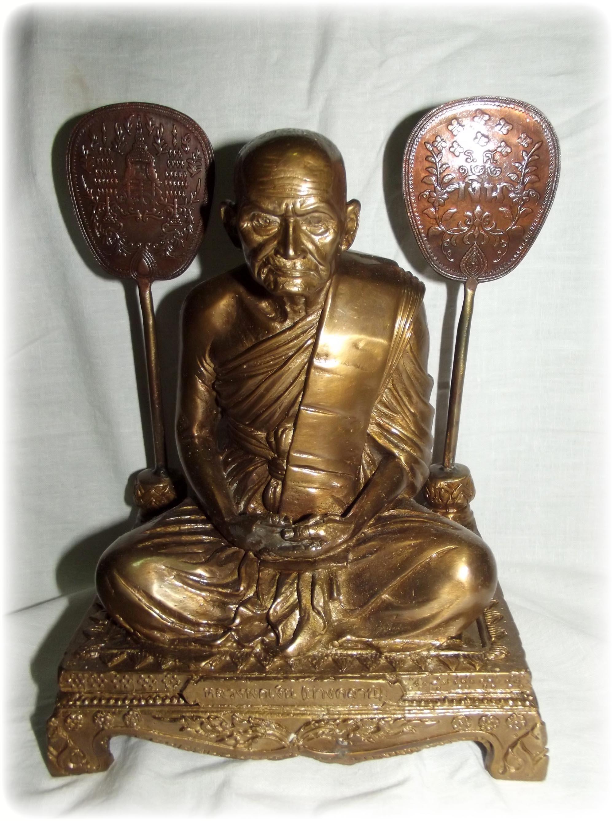 Luang Por Ngern Bucha Statue