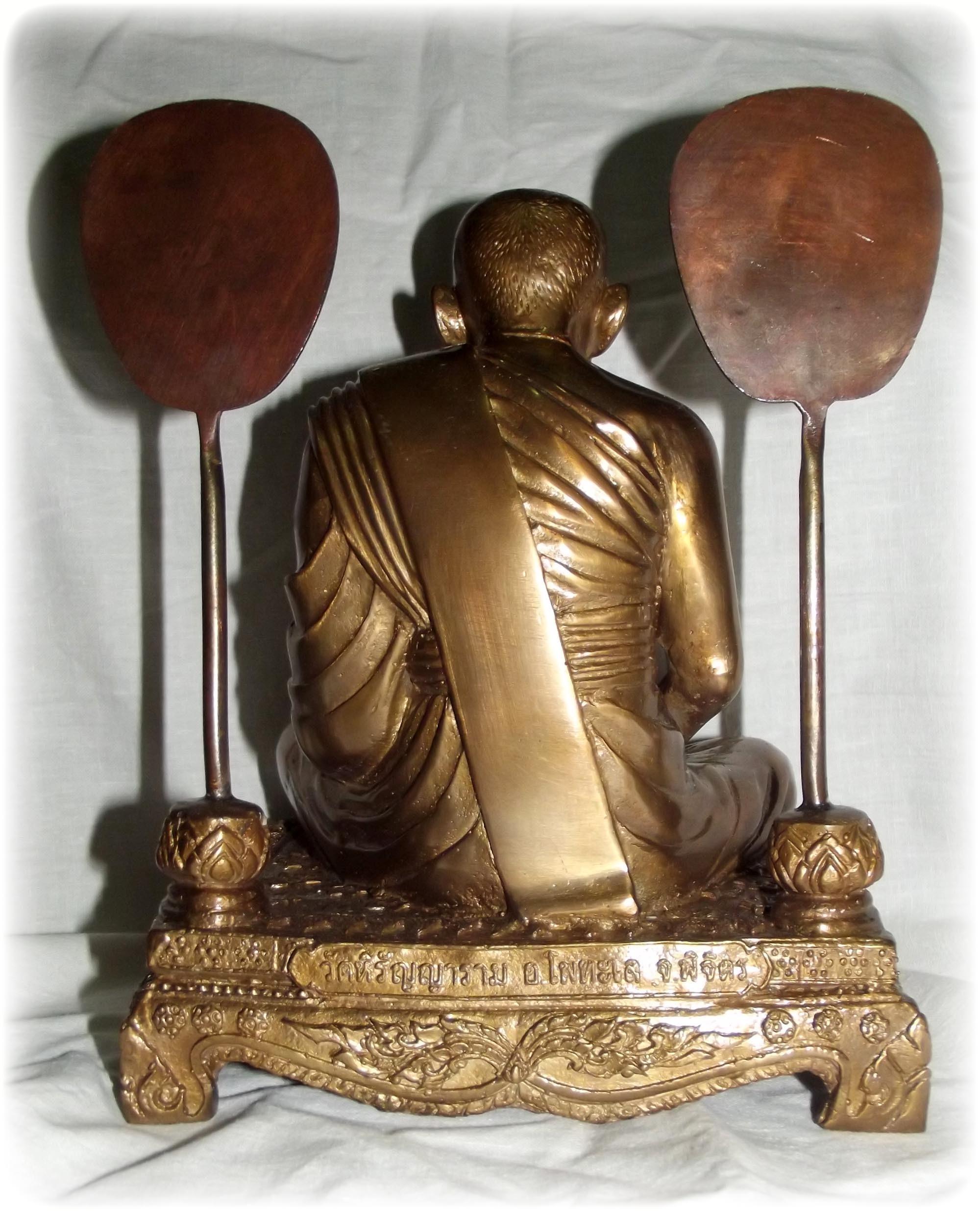 TLuang Por Ngern statue rear view