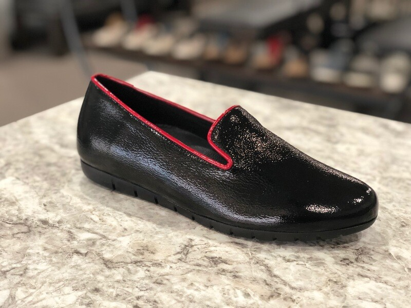 Bruselas Shiny Black w/ Red Trim