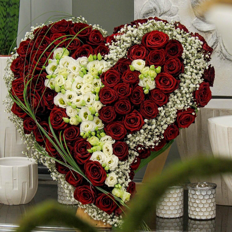 trauerherz strukturiert mit roten rosen und weiß