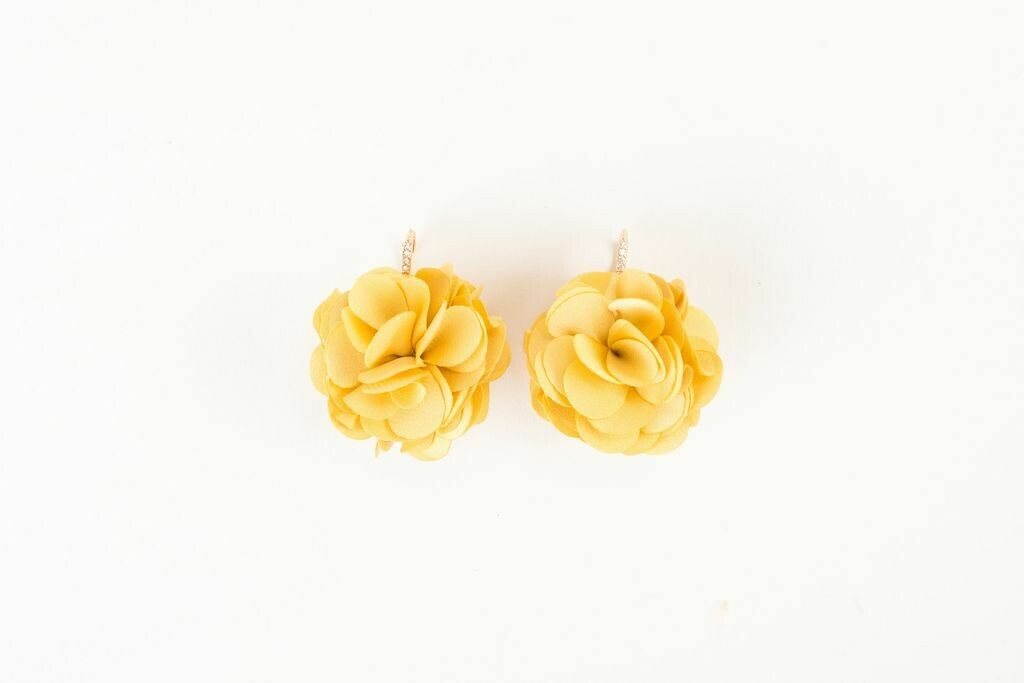 VB Olivia French Wire Fluff Earrings Daisy