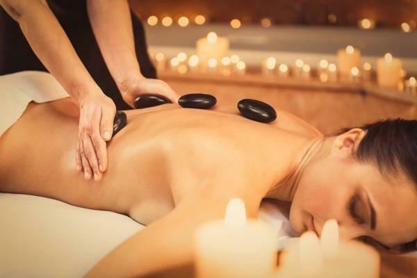 Ganzkörper Massage mit warmen Lavasteinen