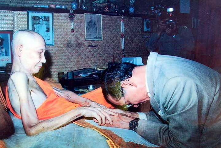 His Majesty and Royal Highness, King Bhumipol Adulyadej, greets Luang Por Kasem Khemago with reverence, and obvious intimacy. A picture tells more than a thousand words, it is said