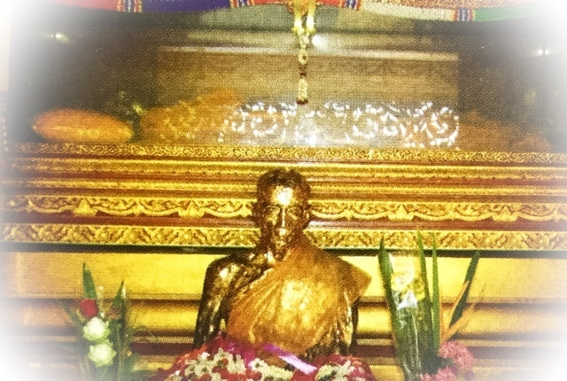 Luang Por Mui statue and relics in glass coffin within the Monton Mausoleum