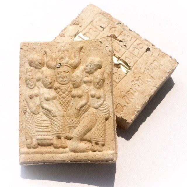 The front face of the amulet features an image of the Paya Khao Kam surrounded by a Harem of Maidens