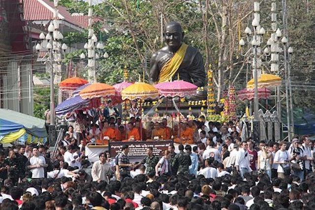 Luang Por Phern Tidtakuno statue at Wat Bang Pra