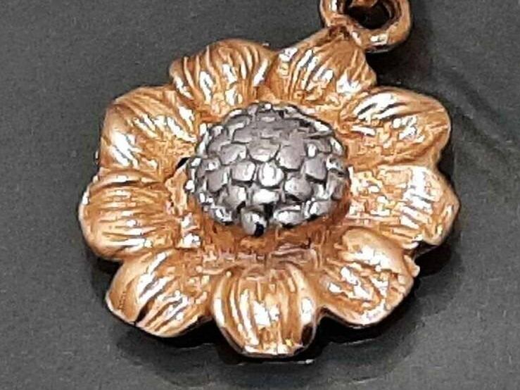 Auksinis pakabukas gelės žiedas
