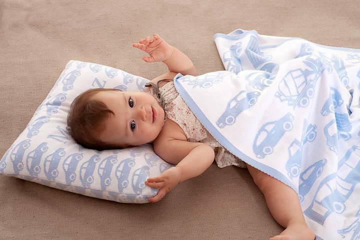 Baby filt med bilar och med barnets namn. 75 cm x 100 cm