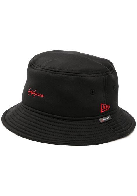cappello bucket con loghi, collaborazione NEW ERA YOHJI YAMAMOTO pour homme | Cappello | HX-H61-9701