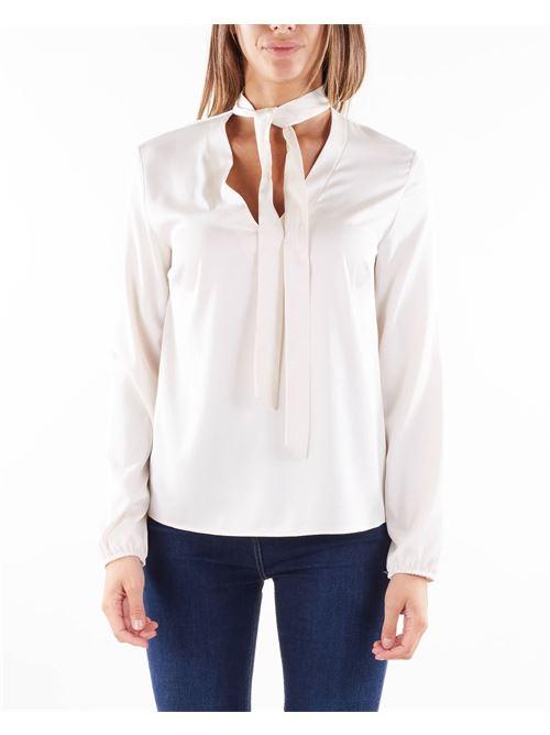 Blusa monocolor con scollo a V dettaglio fiocco Imperial IMPERIAL | Camicia | CKC9CCECHAMPAGNE