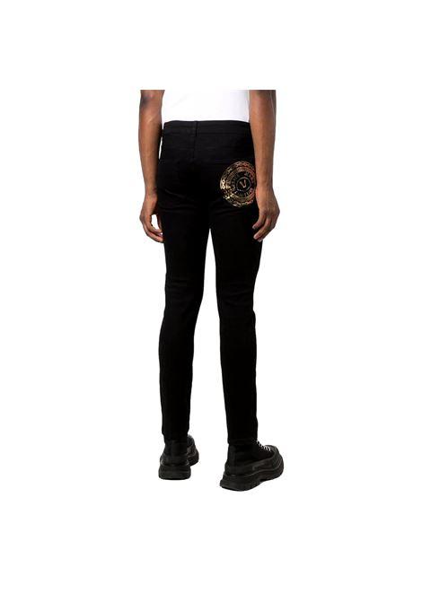 Jeans slim con logo oro sul retro VERSACE JEANS COUTURE   Pantaloni   71GAB5K1 CDW00909