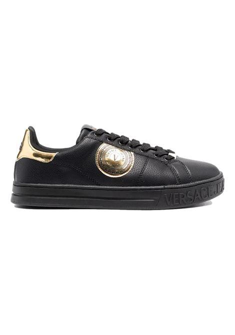 Sneakers con applicazione emblema oro VERSACE JEANS COUTURE | Scarpe | 71YA3SK1 ZP026899