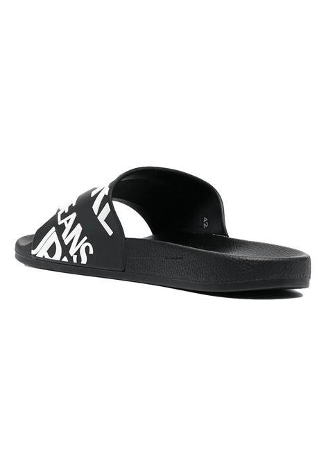 sandalo nero con scritta a contrasto VERSACE JEANS COUTURE | Scarpe | E0YWASQ1 71352899
