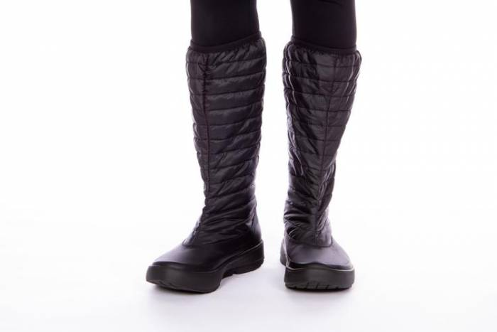 The Women's OOMG Boot from OOFOS is a super light recovery snow boot.