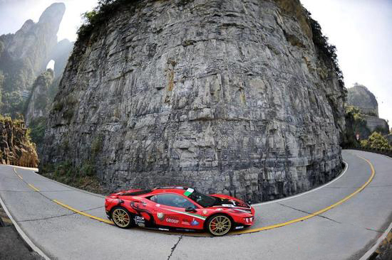 Land Rover Beats Ferrari Tianmen Road