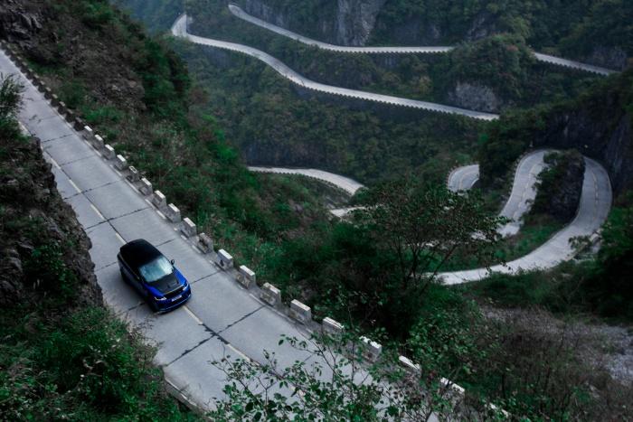 Land Rover SVR Beats Ferrari Tianmen Road